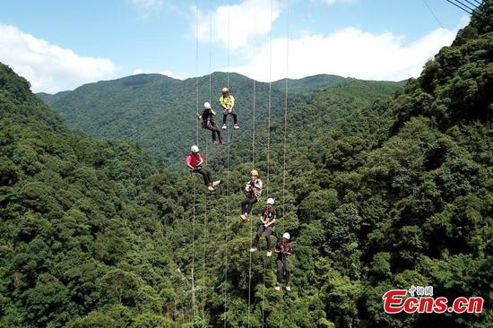 Abseiling from 200-m tall glass bridge in Fujian