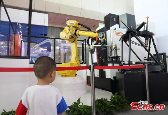 Cool tech gadgets attract visitors to China-Arab States Expo